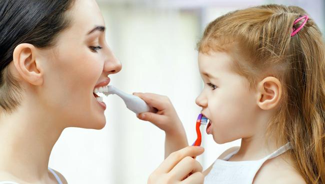 Los niños, dependiendo de la edad, pasen solos a la sala de exploración del dentista.